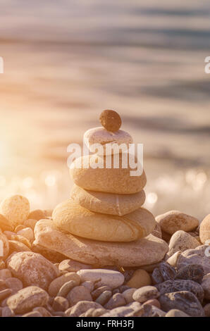 Concetto di equilibrio e di armonia. pietre sulla costa Foto Stock