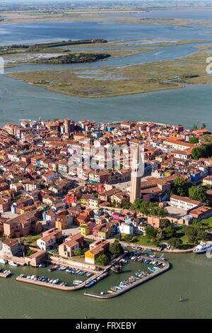 Vista aerea della Laguna di Venezia con le saline, Isola di Burano, villaggio di pescatori con colorate facciate di case, Veneto, Italia