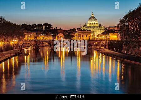 La Basilica di San Pietro nello Stato della Città del Vaticano di notte. Foto Stock