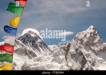 Il monte Everest con bandiere di preghiera - Nepal Foto Stock