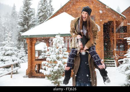 Funny felice coppia giovane per divertirsi insieme in inverno Foto Stock