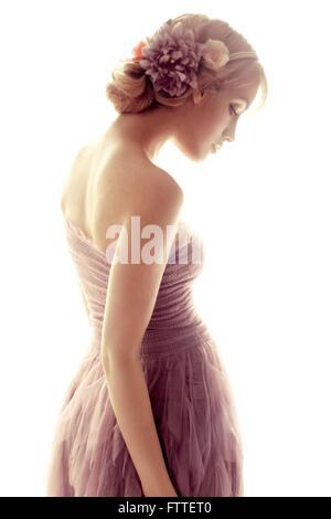 Bella giovane donna con fiori Foto Stock