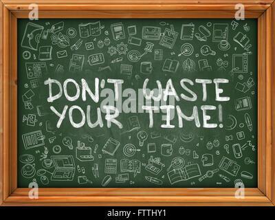 Non sprecare il tuo tempo - disegnata a mano sulla lavagna verde. Foto Stock