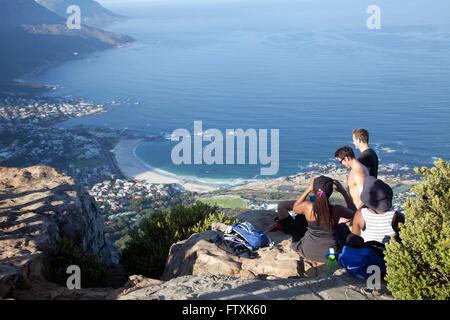 Gli escursionisti in cima Lions Head mattina presto a Cape Town - Sud Africa Foto Stock