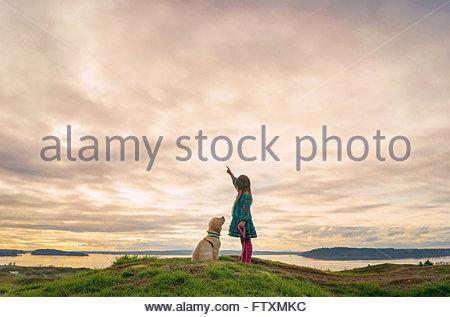 Ragazza giovane formazione golden retriever cucciolo di cane Foto Stock