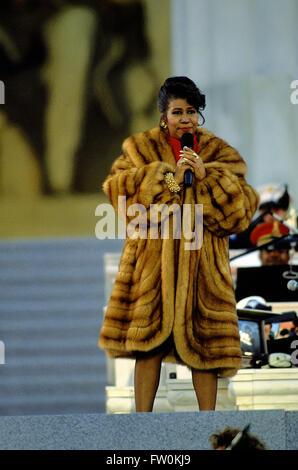 Washington, DC, Stati Uniti d'America, 17 gennaio, 1993 Aretha Franklin esegue in occasione del Gala celebrazione inaugurale presso il Lincoln Memorial per il presidente Clinton Credito: Mark Reinstein Foto Stock