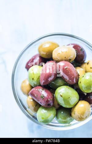 Fresco intero di olive in una terrina con olio e spezie.tapas spagnole concetto. Foto Stock