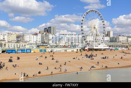 La spiaggia di Brighton e Brighton ruota sul lungomare di Brighton in una giornata di sole in primavera, in Brighton, Foto Stock