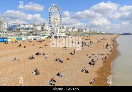 La gente sulla spiaggia di Brighton in una giornata di sole in primavera, in Brighton, East Sussex, Inghilterra, Foto Stock