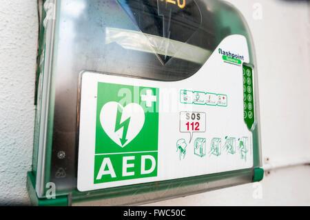 Il defibrillatore semiautomatico esterno (AED) all'interno di una custodia con un codice di blocco per impedire Foto Stock