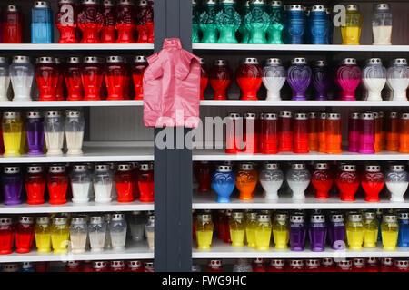 Lampions di diverse forme e dimensioni in vendita disposti in fila sugli scaffali. Foto Stock