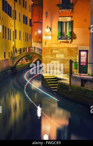 Stretto canale di Venezia Foto Stock