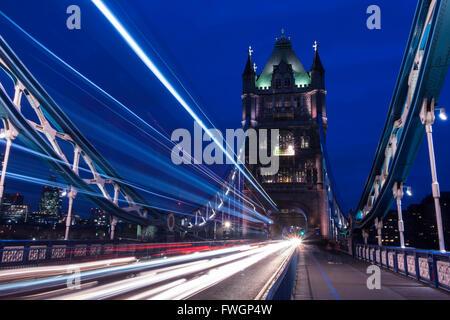 Sentieri di luce sul ponte di Londra in serata, Londra, Regno Unito, Europa Foto Stock