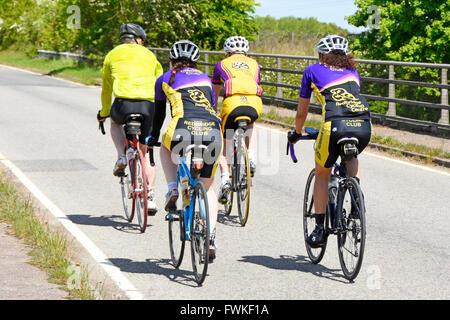 Il gruppo di quattro ciclista dal Redbridge Ciclismo Club su una tranquilla strada di campagna Essex England Regno Foto Stock