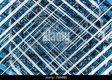 Blu, bianco e nero modello astratto creato mediante esposizioni multiple di un particolare architettonico. Foto Stock