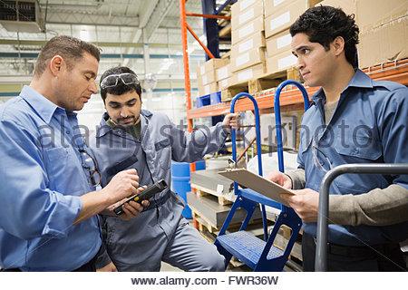 I lavoratori di sesso maschile in magazzino Foto Stock