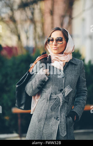 Felice giovane bella ragazza in posa nel parco Foto Stock