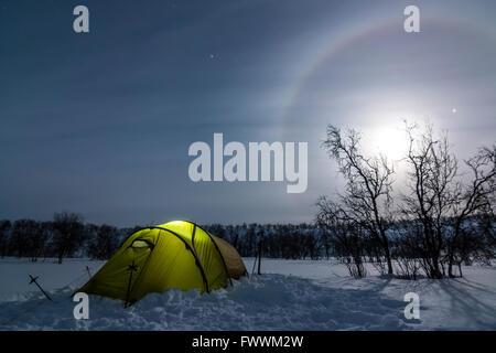 In tenda la notte artica di Finlandia Foto Stock