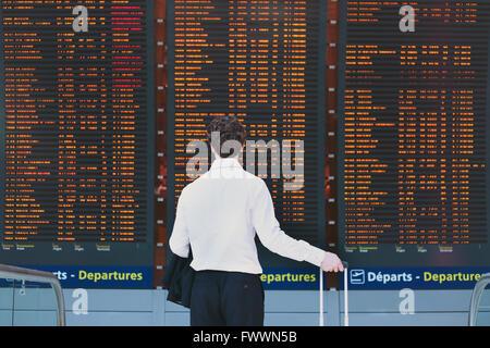La gente in aeroporto, business travel, passeggero guardando il calendario della scheda dello schermo Foto Stock