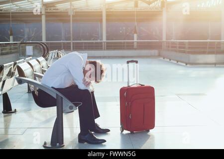 """Problema con il trasporto, ritardo del volo, premuto """" commuter """" con i suoi bagagli Foto Stock"""