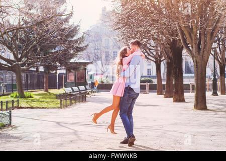 Dating, felice giovane ragazza abbracciando il suo fidanzato Foto Stock