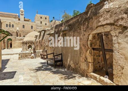 Croce di legno e pietra le celle monastiche sul tetto della chiesa del Santo Sepolcro a Gerusalemme, Israele. Foto Stock