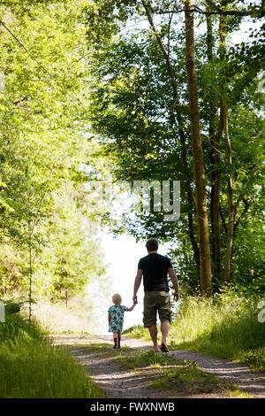 La Svezia, Bohuslan, padre e figlia (2-3) camminare attraverso la foresta