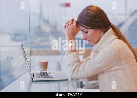 Concetto di disoccupazione, problema, triste stanco della donna nella parte anteriore del computer portatile nella Foto Stock