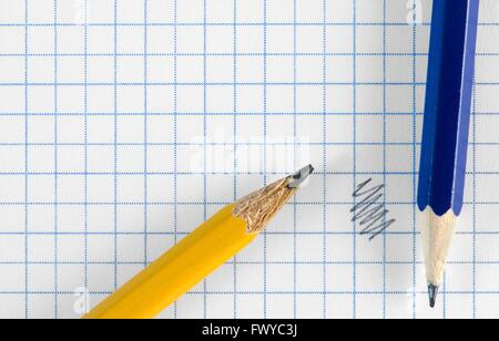 Carta quadrata con doodle e due matite di colore. Foto Stock