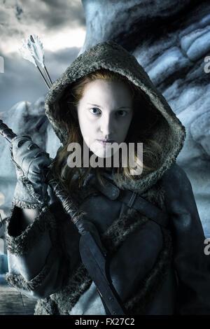 Ragazza selvaggia archer nella neve con archetto Foto Stock