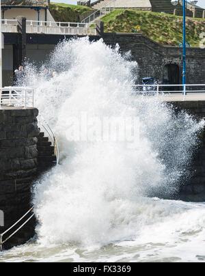 Aberystwyth, Ceredigion, West Wales, 10 aprile 2016 UK Meteo: Due Surfers prendere vantaggio della maggiore rispetto Foto Stock