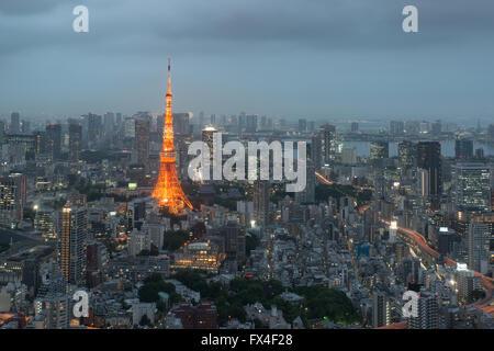 Il Tokyo City skyline al tramonto a Tokyo in Giappone. Foto Stock