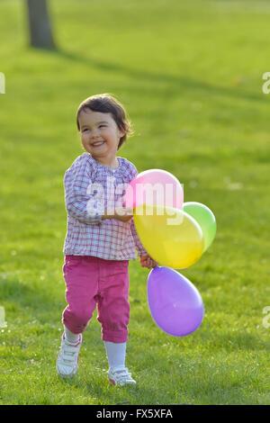 Ritratto di una ragazza con palloncini colorati Foto Stock