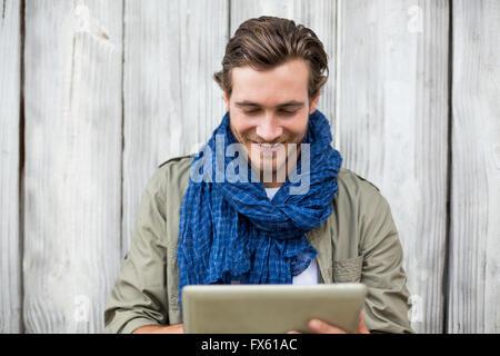 76b16633c8 Raffreddare i giovani alla moda uomo di toccare la sua barba che ...
