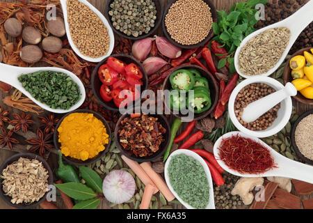 Grandi di erbe e di selezione delle spezie in porcellana cucchiai e ciotole con mortaio e pestello. Foto Stock