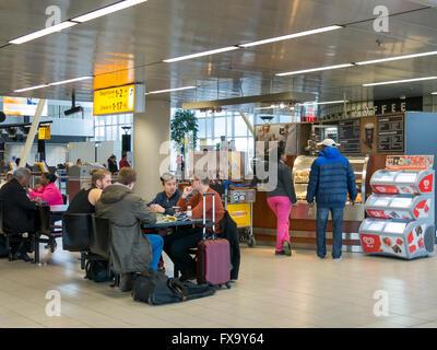 Le persone al bar caffetteria in attesa all'Aeroporto di Amsterdam Schiphol, Paesi Bassi Foto Stock