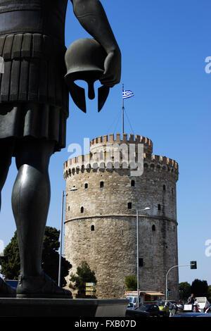 Re greco Philippe di Macedonia tenendo il suo casco e guardando la torre Bianca di Salonicco, Macedonia, Grecia Foto Stock