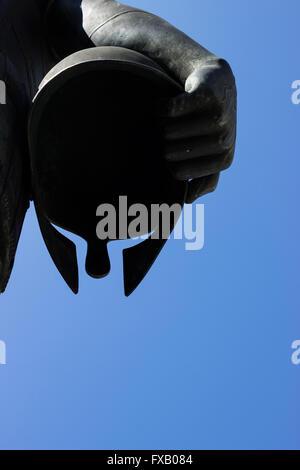 Chiudere dettaglio della mano del re Philippe (Philippos) di Macedonia tenendo il suo casco. Salonicco, Macedonia, Foto Stock