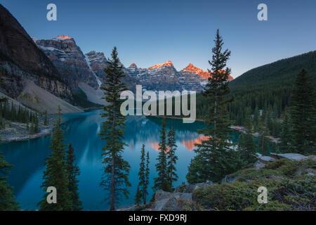 Il Moraine Lake, glacially-lago alimentato, nella luce della sera, Valle dei Dieci Picchi, Canadian Rockies, il Parco Nazionale di Banff