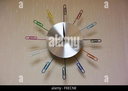 Una foto di un fermaglio per la carta orologio su una parete per ufficio Foto Stock