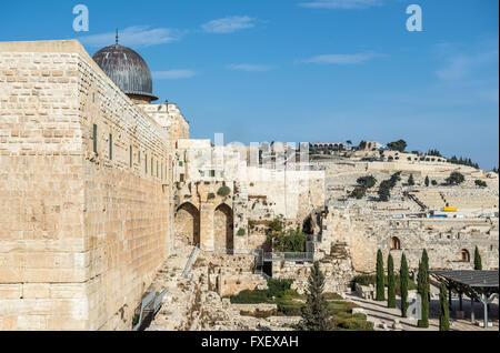 Mount of Olives Cimitero Ebraico sulle colline di Gerusalemme, Israele. La Moschea di Al-Aqsa sul Monte del Tempio Foto Stock