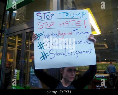 New York, Stati Uniti d'America. Il 15 aprile, 2016. Anti-Trump Protest-Grand terminale centrale e Grand Hyatt-New Foto Stock