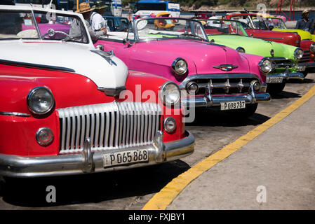 Chiudere orizzontale di classici colorati Chevrolet parcheggiato a l'Avana, Cuba. Foto Stock