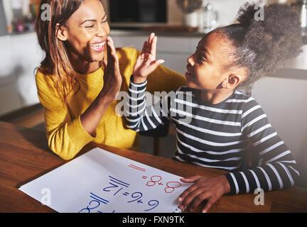 Imparare a calcolare, alta cinque successo, nero di madre e bambino Foto Stock