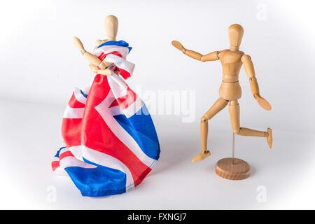 Manichini in legno che simboleggiano UK lasciando in UE Brexit Foto Stock