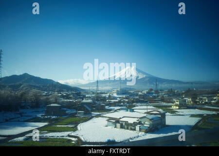 Vista in elevazione del paesaggio invernale e Snow capped Monte Fuji, Tokyo, Giappone Foto Stock