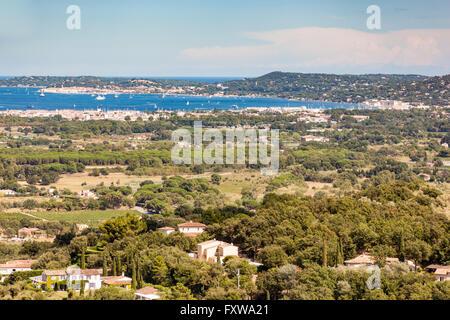 Vista del Golfo di Saint Tropez e Grimaud village, dal Grimaud Castello, Grimaud, Cote D'Azur, in Francia Foto Stock