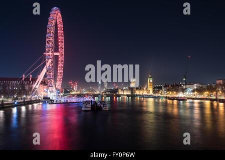 Guardando verso sud lungo il Tamigi verso la London Eye e la Casa del Parlamento, il London, England, Regno Unito Foto Stock