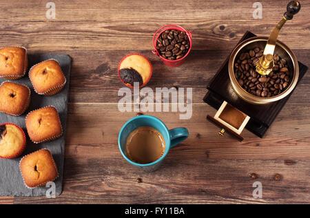 Retrò macinino da caffè, coffee mill tazza da caffè, cioccolato tortina, muffin, i chicchi di caffè. Ancora, ristorante, caffetteria. Legno bac