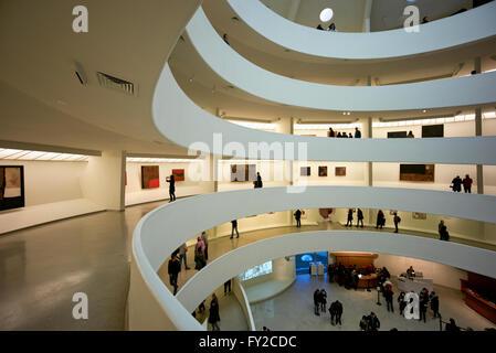 L'interno del Museo Solomon R. Guggenheim di Manhattan a New York Foto Stock